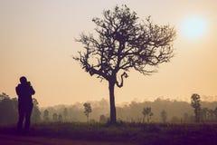 Schattenbild des Fotografen Foto der Landschaft machend Lizenzfreie Stockfotos