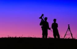 Schattenbild des Fotografen Foto der Landschaft während SUs machend Lizenzfreie Stockbilder