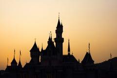 Schattenbild des Fotografen Foto an der Sonnenuntergang- und Schlossdachspitze machend Lizenzfreie Stockfotografie