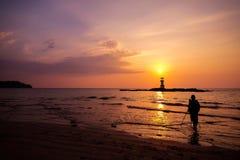 Schattenbild des Fotografen nimmt den Sonnenuntergang Stockbild