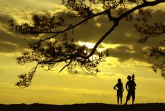 Schattenbild des Fotografen und der Frau. stockfotografie
