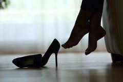 Schattenbild des Frauenfußstillstehens Stockbilder