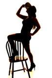 Schattenbild des Frauenhutfußes auf Stuhl lizenzfreie stockfotos
