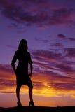 Schattenbild des Frauenstands folgt Händen unten auf den Fersen Lizenzfreie Stockbilder