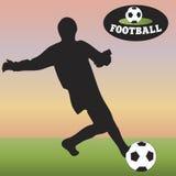 Schattenbild des Fußballs auf dem grünen Feld Fußball Lizenzfreies Stockfoto