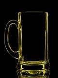 Schattenbild des gelben Bierglases mit Beschneidungspfad auf schwarzem Hintergrund Stockfotos