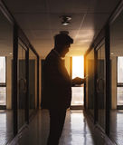 Schattenbild des Geschäftsmanngebrauchstelefons, das allein vor c plaudert Stockfoto