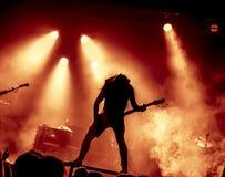 Schattenbild des Gitarristen in der Aktion auf Stadium Stockfotografie
