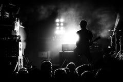 Schattenbild des Gitarristen in der Aktion auf Stadium Lizenzfreie Stockfotografie