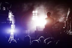 Schattenbild des Gitarristen in der Aktion auf Stadium Stockfoto