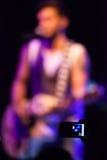 Schattenbild des Gitarristen am Konzert, selektiver Fokus auf Mobile von Lizenzfreie Stockbilder