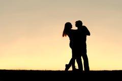 Schattenbild des glücklichen jungen Paar-Tanzens bei Sonnenuntergang stockbilder