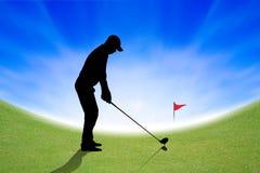 Schattenbild des Golfspielers auf grünem und blauem Himmel Lizenzfreie Stockfotografie