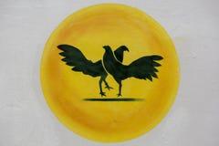 Schattenbild des Hahnenkampfs auf gelbem Kreis und weißem Hintergrund Lizenzfreies Stockfoto