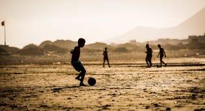 Schattenbild des Jungen auf dem Strand Stockfoto