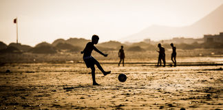 Schattenbild des Jungen auf dem Strand Lizenzfreie Stockfotografie