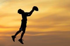 Schattenbild des Jungen Ball spielend Lizenzfreie Stockfotos