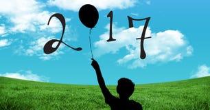 Schattenbild des Jungen den Ballon halten, der Zeichen des neuen Jahres 2017 bildet Lizenzfreie Stockfotografie