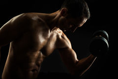 Schattenbild des jungen muskulösen Eignungsmannes auf Schwarzem Lizenzfreie Stockfotos