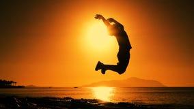 Schattenbild des Jungen springend bei Sonnenaufgang stock video footage
