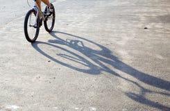 Schattenbild des Jungenreitens auf Gebirgsfahrrad stockbilder