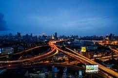 Schattenbild des kauernden Geschäftsmannes Abendhimmel nahe der Dämmerung, zum des Autos auf der Straße zu beleuchten, Stockfoto