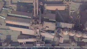 Schattenbild des kauernden Geschäftsmannes Alte Fabrik Stadt mit Luftatmosphärenverschmutzung von der metallurgischen Anlage stock video footage