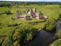 Schattenbild des kauernden Geschäftsmannes Athassel-Abtei Grafschaft Tipperary irland Lizenzfreie Stockbilder