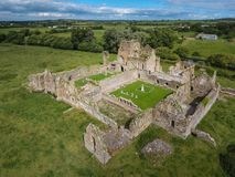 Schattenbild des kauernden Geschäftsmannes Athassel-Abtei Grafschaft Tipperary irland Stockfotos