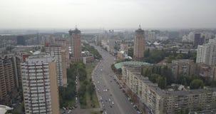 Schattenbild des kauernden Geschäftsmannes Brummengesamtlänge von Verkehrsstadtstraßen Städtischer Stadt Kievpecherski-Bezirk 4k  stock video