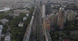 Schattenbild des kauernden Geschäftsmannes Brummengesamtlänge von Verkehrsstadtstraßen Städtischer Stadt Kievpecherski-Bezirk 4k  stock footage