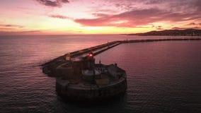 Schattenbild des kauernden Geschäftsmannes Dun Laoghaire Leuchtturm dublin irland Stockfoto