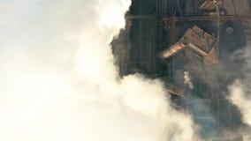 Schattenbild des kauernden Geschäftsmannes Emission zur Atmosphäre von den industriellen Rohren stock footage