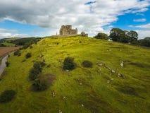 Schattenbild des kauernden Geschäftsmannes Felsen von Cashel Grafschaft Tipperary irland stockfotos