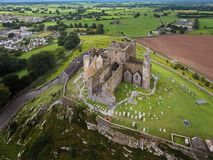 Schattenbild des kauernden Geschäftsmannes Felsen von Cashel Grafschaft Tipperary irland Stockbild