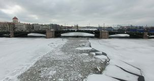 Schattenbild des kauernden Geschäftsmannes Fliegen entlang dem Fluss Neva im Winterüberwendlingsnahtkühlen wetter Brücke über dem stock video footage