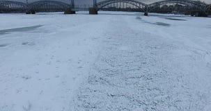 Schattenbild des kauernden Geschäftsmannes Fliegen entlang dem Fluss Neva im Winterüberwendlingsnahtkühlen wetter Brücke über dem stock footage