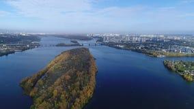 Schattenbild des kauernden Geschäftsmannes Flug über der Stadt von Kiew, Ukraine Video vom Hubschrauber 4K, UHD, ultra HD-Entschl stock footage