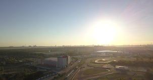 Schattenbild des kauernden Geschäftsmannes Flyght über Sonnenuntergangstraße stock video