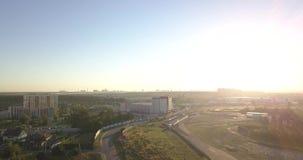 Schattenbild des kauernden Geschäftsmannes Flyght über Sonnenuntergangstraße stock video footage