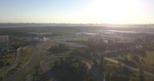 Schattenbild des kauernden Geschäftsmannes Flyght über Sonnenuntergangstraße stock footage