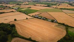 Schattenbild des kauernden Geschäftsmannes Geerntete Felder und Bauernhöfe Grafschaft Laois irland Stockbilder
