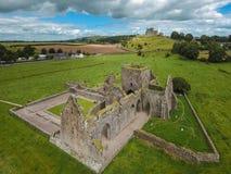 Schattenbild des kauernden Geschäftsmannes Hore Abtei Grafschaft Tipperary irland Lizenzfreies Stockfoto