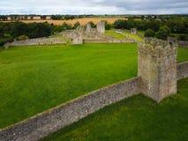 Schattenbild des kauernden Geschäftsmannes Kells-Kloster Grafschaft Kilkenny irland Lizenzfreie Stockbilder