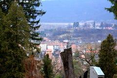 Schattenbild des kauernden Geschäftsmannes Landschaft in der mittelalterlichen Stadt Sighisoara Lizenzfreies Stockbild