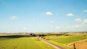 Schattenbild des kauernden Geschäftsmannes Landwirtschaftsgrünfeld von oben Stockbild