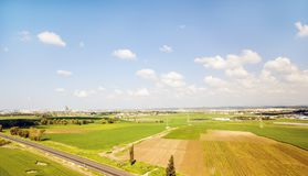 Schattenbild des kauernden Geschäftsmannes Landwirtschaftsgrünfeld von oben Stockfotos