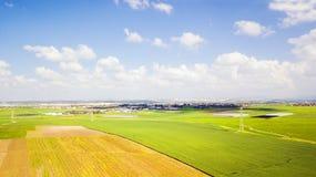 Schattenbild des kauernden Geschäftsmannes Landwirtschaftsgrünfeld von oben Lizenzfreie Stockfotografie