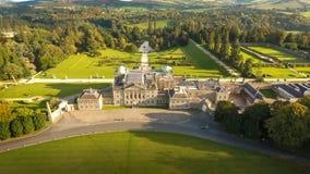 Schattenbild des kauernden Geschäftsmannes Powerscourt Gärten Wicklow irland Lizenzfreie Stockfotos