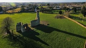 Schattenbild des kauernden Geschäftsmannes St- Mary` s Abtei farne Co Wexford irland Stockfoto